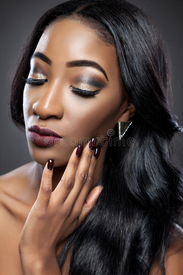 Bella donna nera con i riccioli lussuosi immagine stock