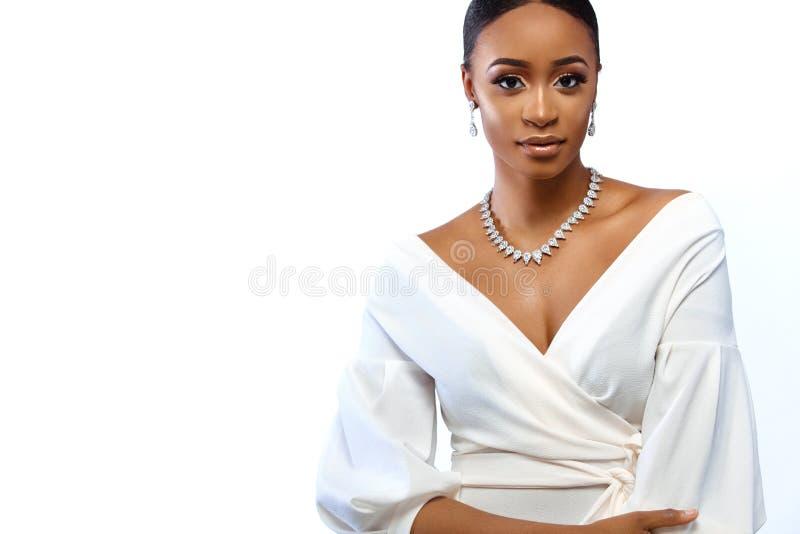 Bella donna nera della pelle Giovane sposa incantante in vestito da sposa e gioielli Copi lo spazio fotografia stock