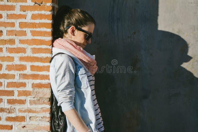 Bella donna, in occhiali da sole, mani in suoi capelli fotografie stock