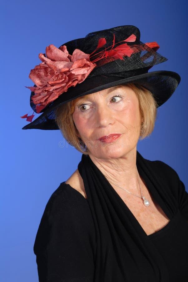 Bella donna più anziana in cappello nero immagini stock libere da diritti