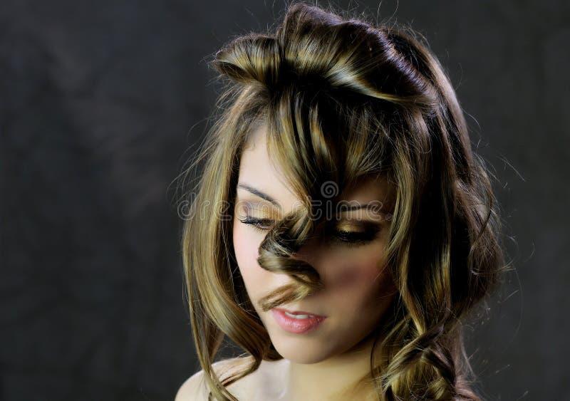 Bella donna piacevole con i capelli lunghi dei ricci fotografia stock libera da diritti