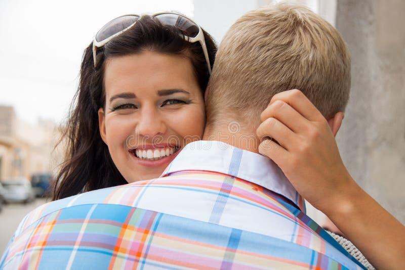 Bella donna radiante che abbraccia il suo ragazzo immagini stock libere da diritti