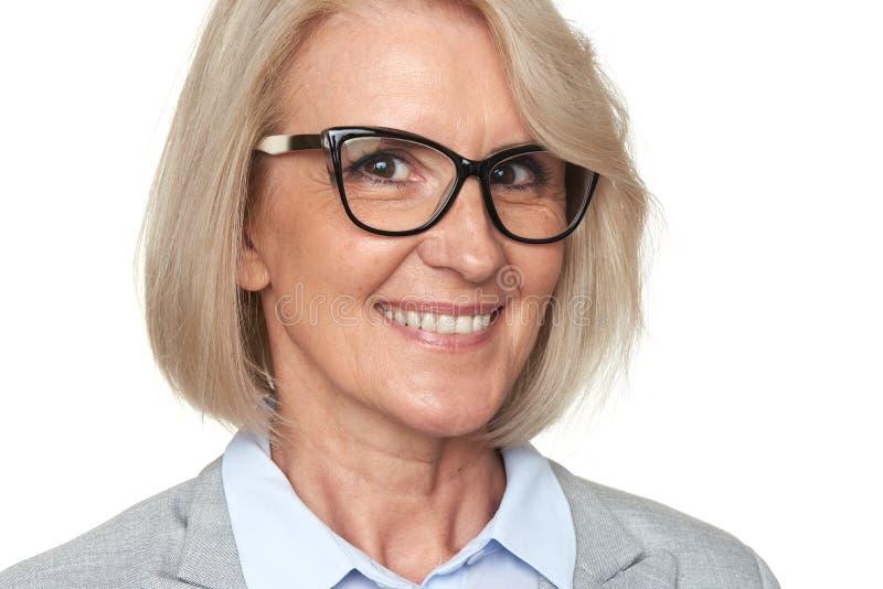 Bella donna senior di affari in occhiali fotografia stock