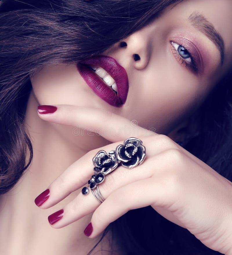 Bella donna sensuale con capelli scuri e trucco luminoso con il gioiello fotografia stock