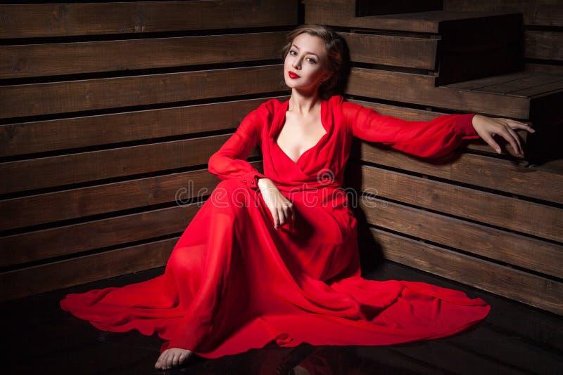 Bella donna sensuale in vestito rosso da modo lungo immagine stock