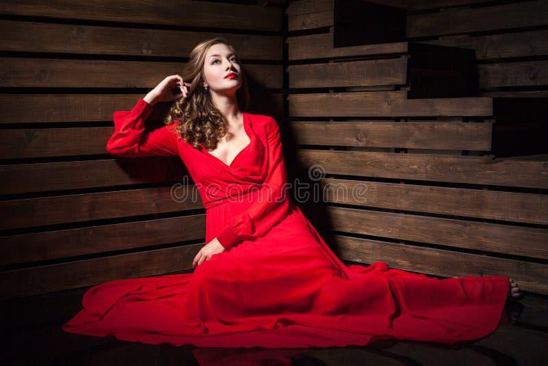Bella donna sensuale in vestito rosso da modo lungo immagini stock libere da diritti