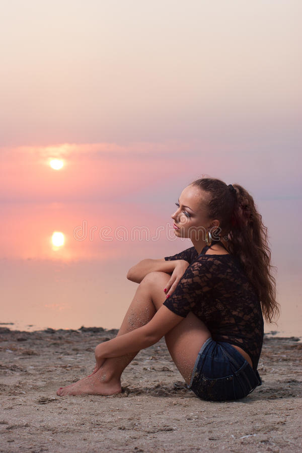 Bella donna sessuale dentro sulla spiaggia al tramonto fotografia stock