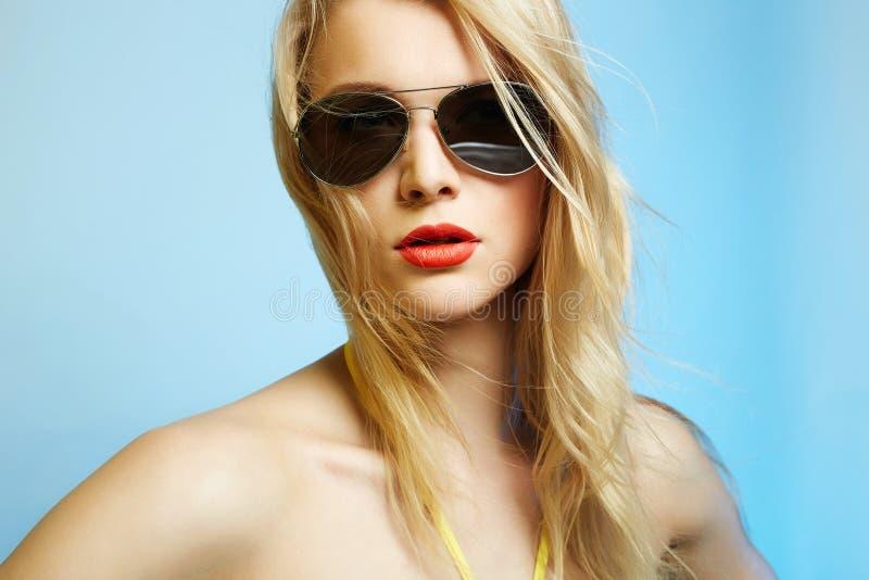 Bella donna sexy in bikini ed occhiali da sole immagini stock