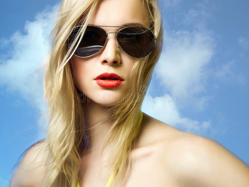Bella donna sexy in bikini ed occhiali da sole fotografie stock