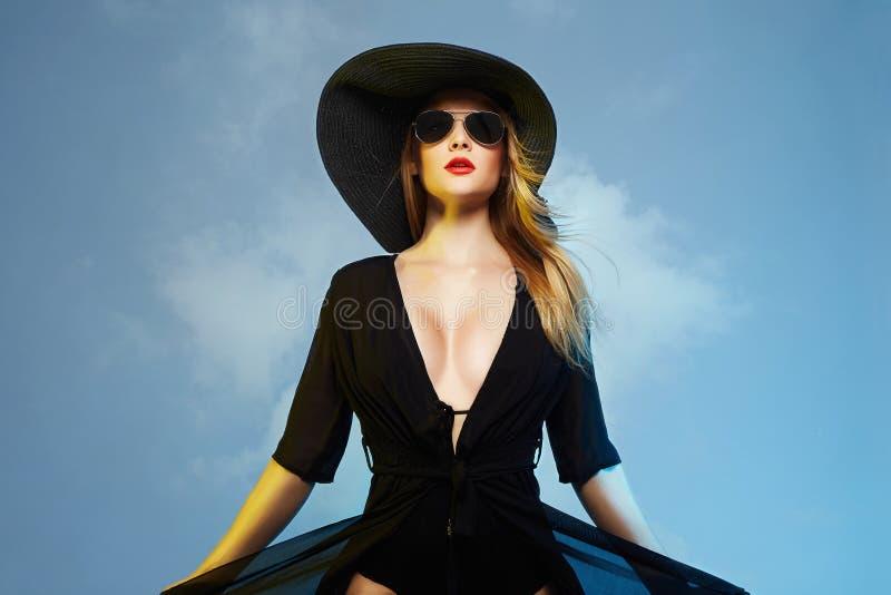 Bella donna sexy in cappello ed occhiali da sole fotografia stock