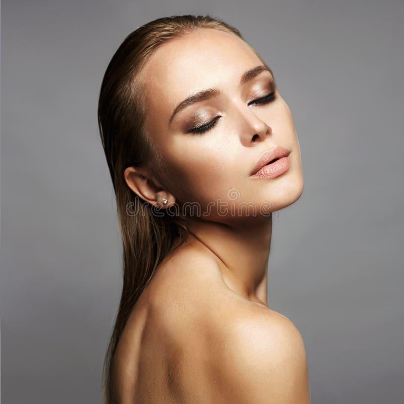 Bella donna sexy con capelli bagnati immagini stock