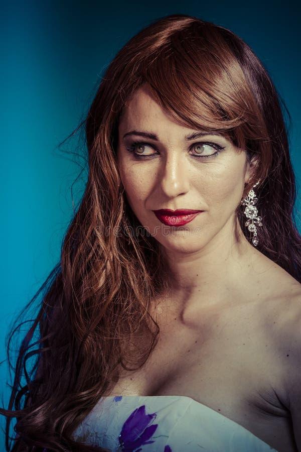 Bella Donna Sexy Con Capelli Brillanti Rossi Lunghi ...
