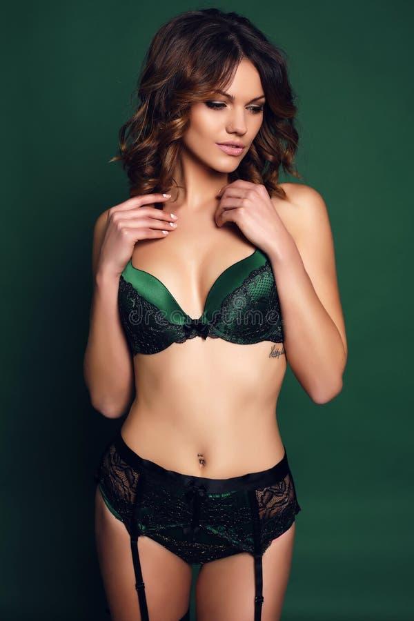 Bella Donna Sexy Con Capelli Scuri In Biancheria Elegante ...