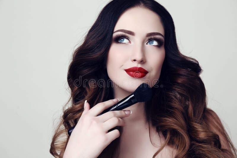 Bella donna sexy con capelli scuri e trucco luminoso fotografia stock