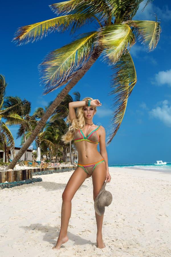 Bella donna sexy del bikini, posante sulla spiaggia caraibica fotografia stock libera da diritti