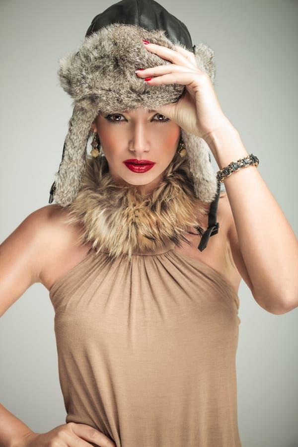 Bella donna sexy in vestiti e cappello di pelliccia di lusso fotografia stock
