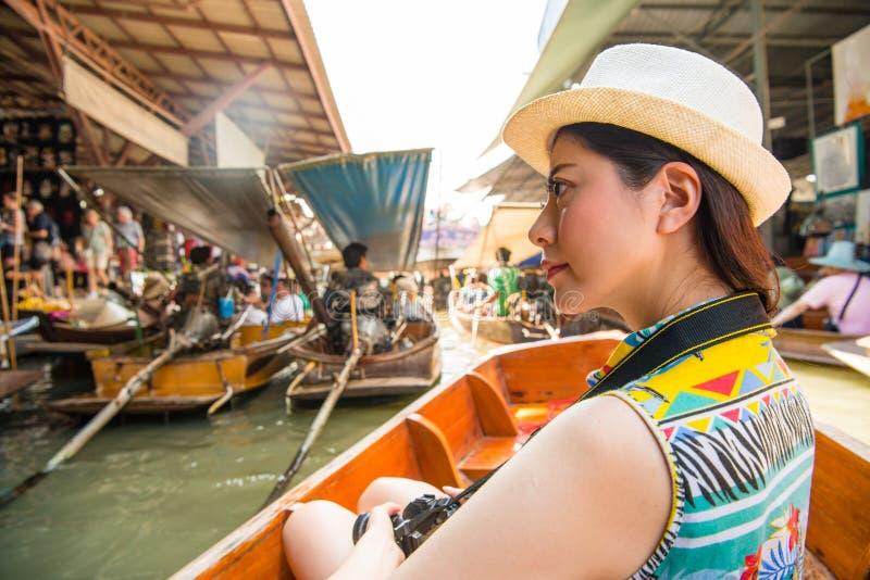 Bella donna sorridente che va al viaggio della Tailandia fotografia stock