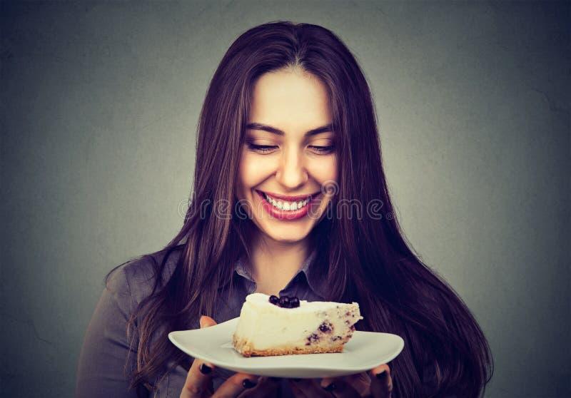 Bella donna sorridente con un dolce fotografia stock libera da diritti