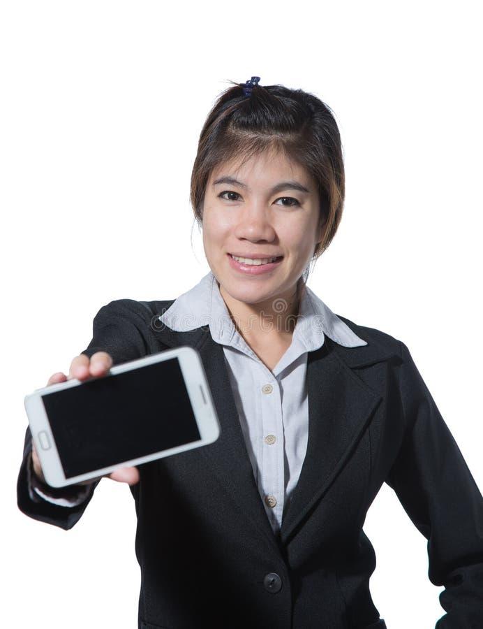 Bella donna sorridente di affari che mostra telefono cellulare in sua mano per il vostro testo o progettazione fotografie stock libere da diritti