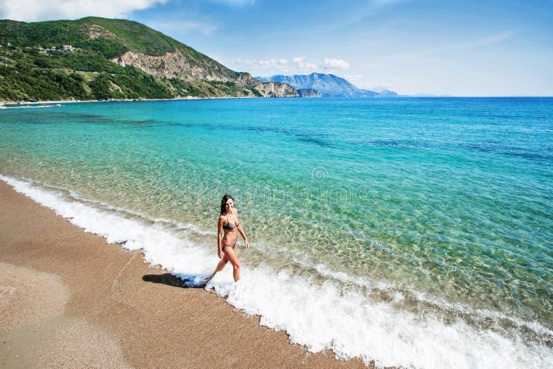 Bella donna sorridente sulla spiaggia immagini stock libere da diritti
