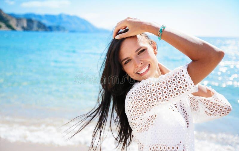 Bella donna sorridente sulla spiaggia fotografie stock libere da diritti