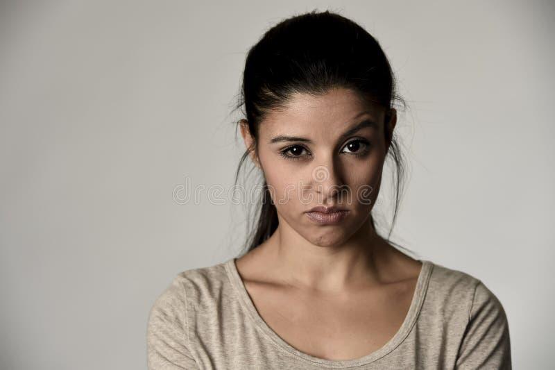 Bella donna spagnola arrogante e lunatica che mostra espressione facciale negativa di disprezzo e di sensibilità fotografia stock libera da diritti