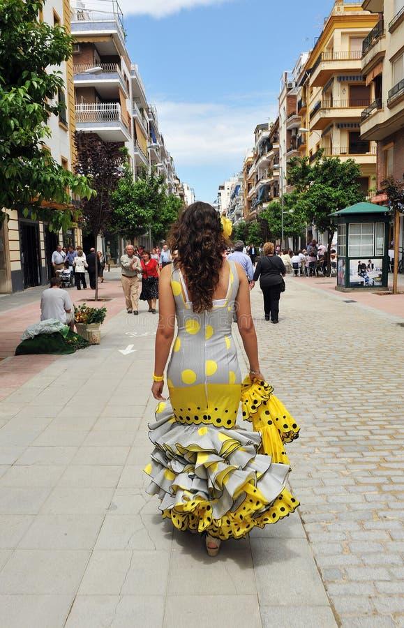 Bella donna spagnola che cammina giù la via verso la fiera, Sevilla, Andalusia, Spagna fotografia stock libera da diritti