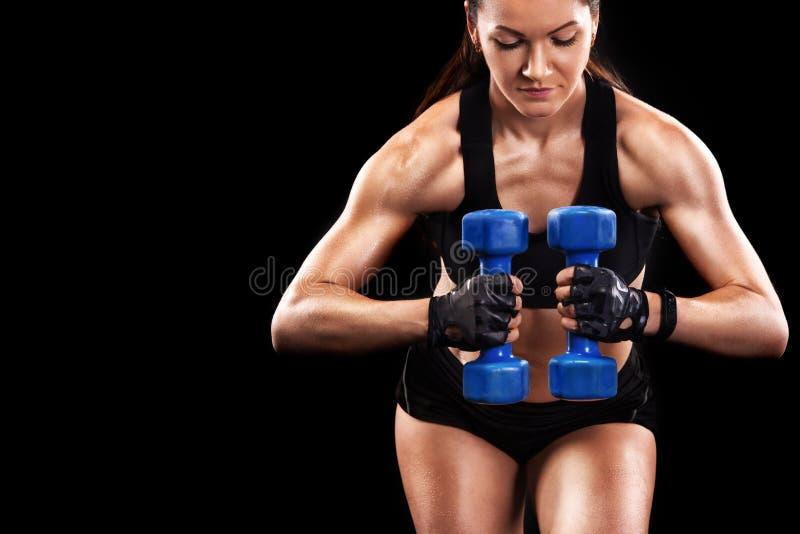Bella donna sportiva con la testa di legno che si esercita al fondo nero per restare adatto Motivazione di allenamento di Crossfi immagini stock