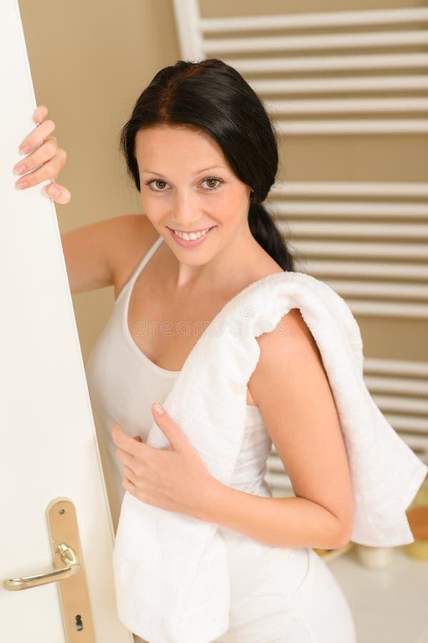 Bella donna in stanza da bagno con il tovagliolo immagine stock libera da diritti