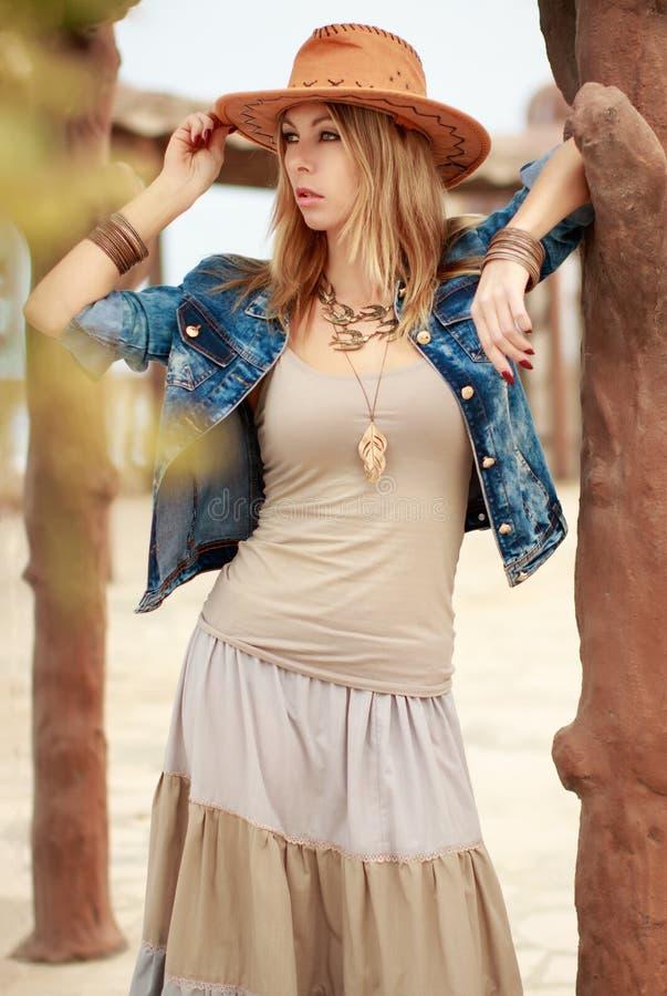 Bella donna in stile ad ovest selvaggio del cowboy, cappello da cowboy e rivestimento dei jeans, photosession del ritratto di mod immagine stock libera da diritti
