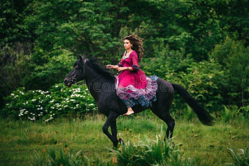 Download Bella donna su un cavallo immagine stock. Immagine di ragazza - 56883345