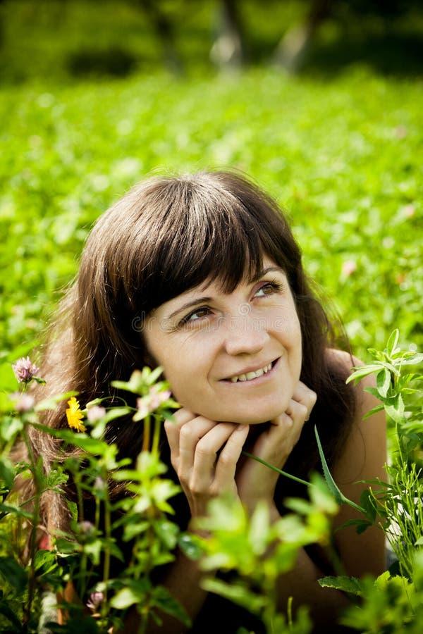Bella donna sul prato un giorno di estate caldo fotografia stock libera da diritti