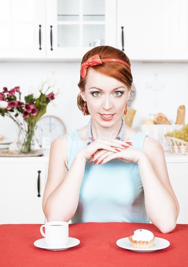 Bella donna sulla cucina fotografia stock