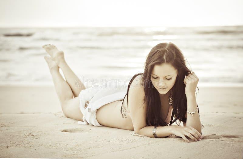 Bella donna sulla spiaggia fotografia stock libera da diritti