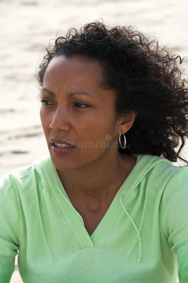 Bella donna sulla spiaggia fotografie stock libere da diritti