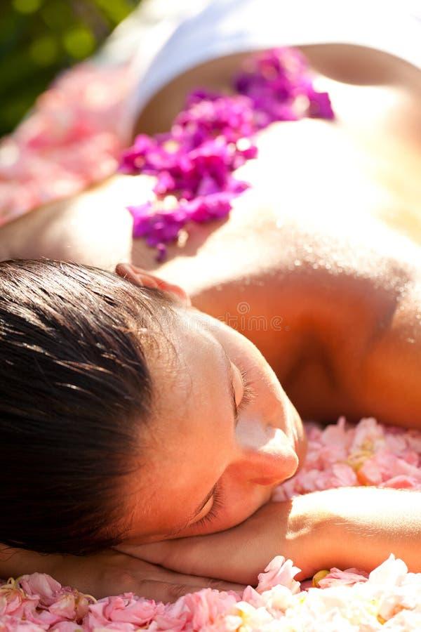 Bella donna sulla tabella di massaggio fotografia stock