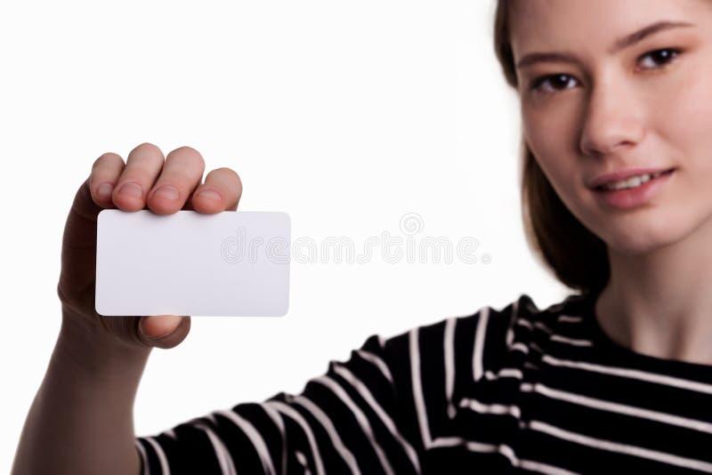 Bella donna sveglia che mostra ad affare in bianco immagine di scorta di schede immagine stock