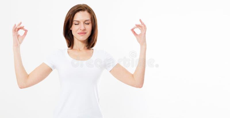 Bella donna teenager che fa esercizio di yoga isolato su fondo bianco, posa di zen della ragazza, spazio della copia, concetto at fotografie stock