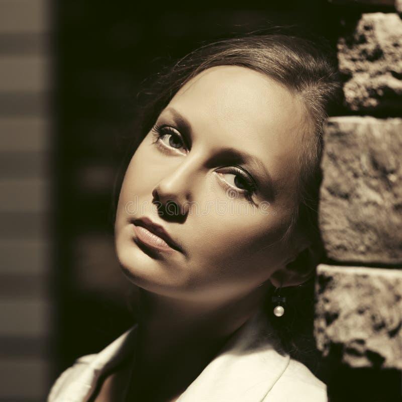 Bella donna triste che si appoggia parete in via della città di notte fotografie stock