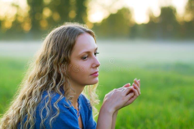 Bella donna triste contro una nebbia. fotografia stock libera da diritti