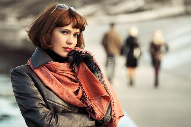 Bella donna triste di modo in cappotto di cuoio all'aperto fotografia stock libera da diritti