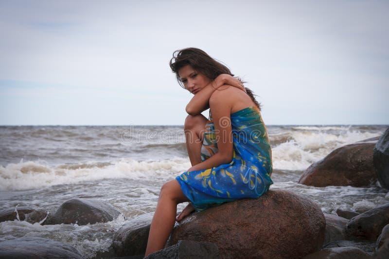Bella donna triste vicino al mare immagini stock
