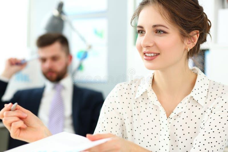 Bella donna in ufficio che firma un certo contratto importante con la penna d'argento fotografia stock libera da diritti
