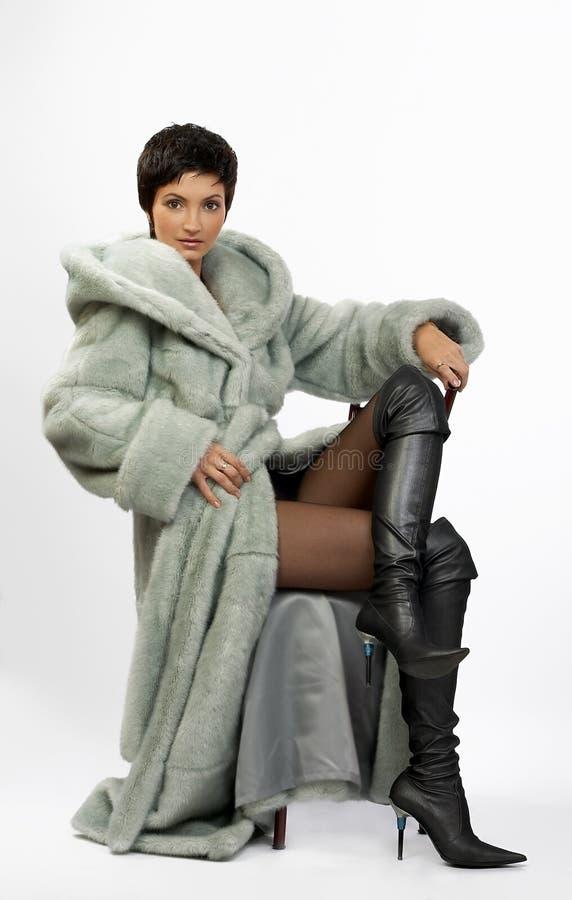 Bella donna in un cappotto di pelliccia immagini stock libere da diritti