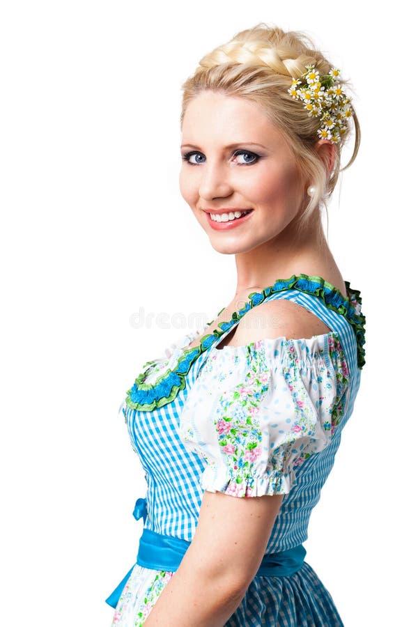 Bella donna in un dirndl bavarese fotografia stock