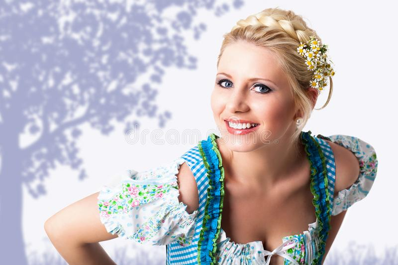 Bella donna in un dirndl bavarese immagine stock
