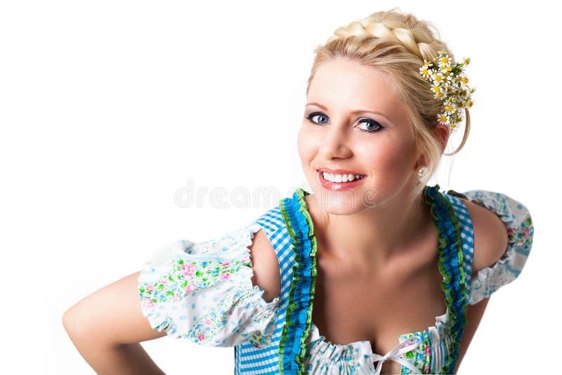 Bella donna in un dirndl bavarese fotografia stock libera da diritti