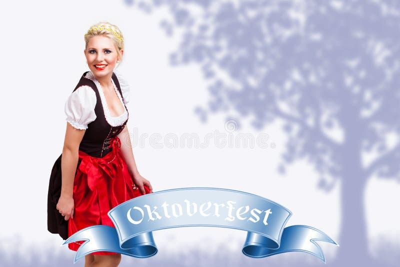 Bella donna in un dirndl bavarese tradizionale fotografia stock
