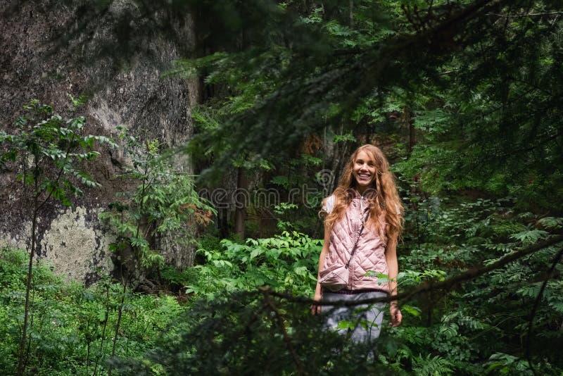 Bella donna in un paesaggio europeo dell'abetaia verde selvaggia fotografie stock libere da diritti