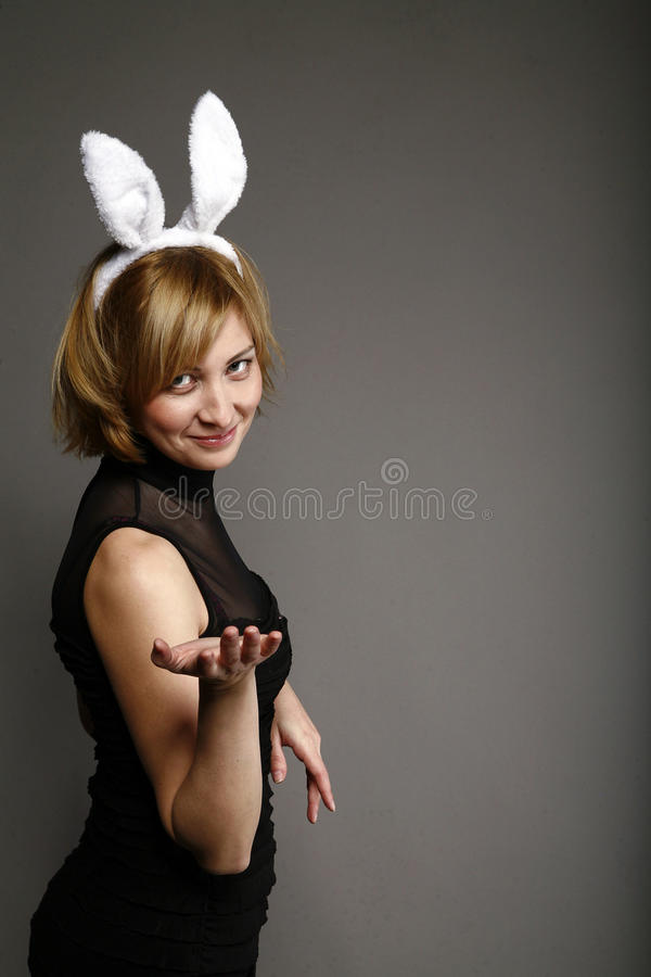 Bella donna in un vestito di coniglio immagine stock libera da diritti